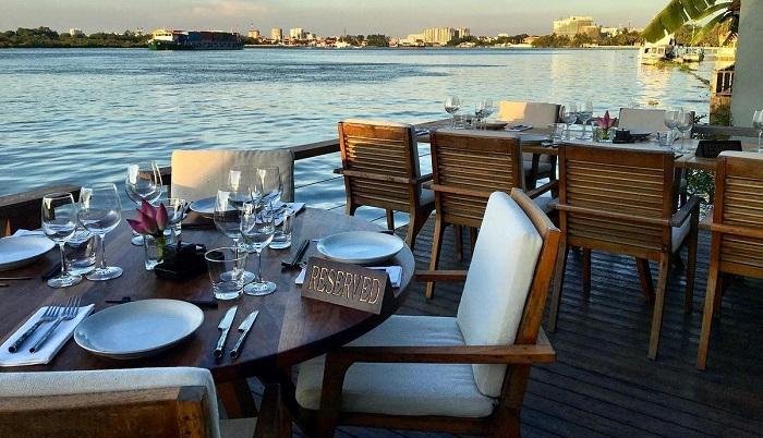 The Deck Saigon: nhà hàng ven sông quận 2