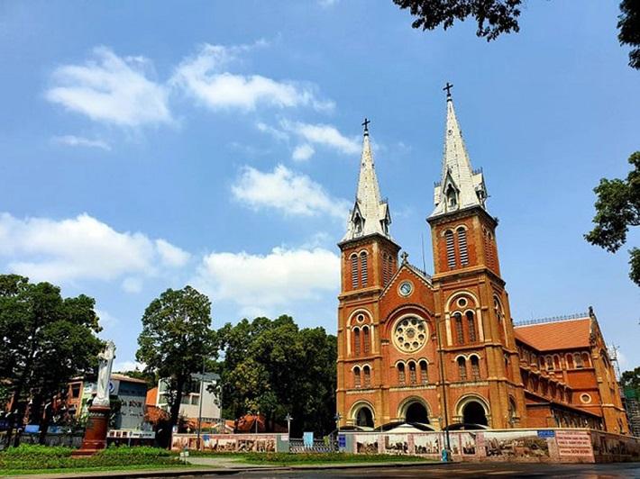 Địa điểm đi chơi ở Sài Gòn về đêm - Nhà thờ Đức Bà