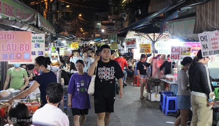 Địa điểm đi chơi ở Sài Gòn về đêm - Chợ đêm ăn vặt Hồ Thị Kỷ