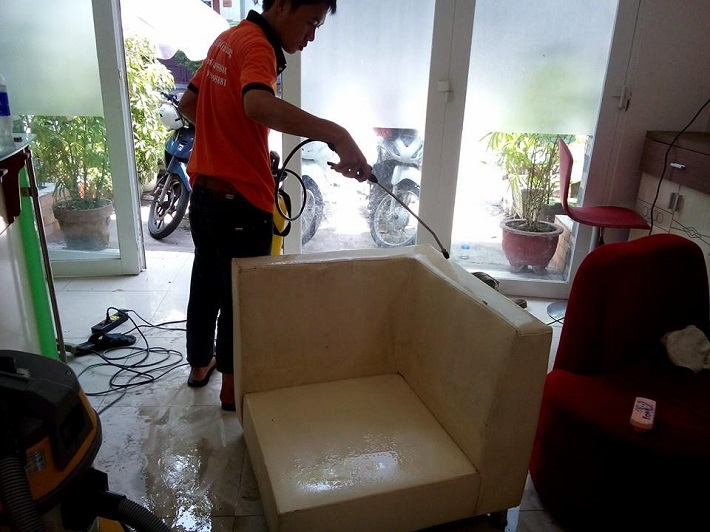 Giặt sofa tại nhà Phú Nhuận - Vệ Sinh Tia Sáng   Nguồn từ trang vesinhtiasang.com